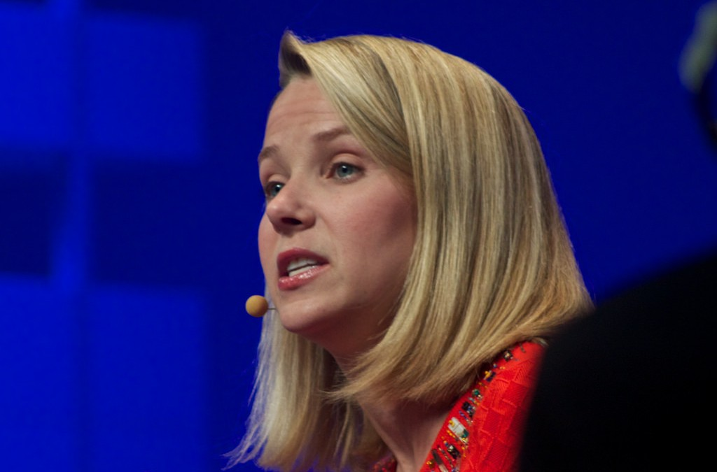 Yahoo prepares for sale amid anticipated low earnings